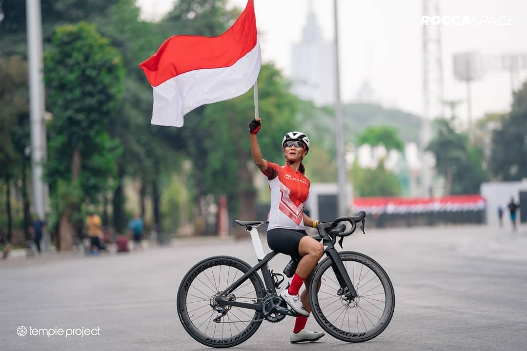 Narita Diyan membawa bendera Indonesia