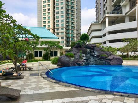 kolam renang di apartemen