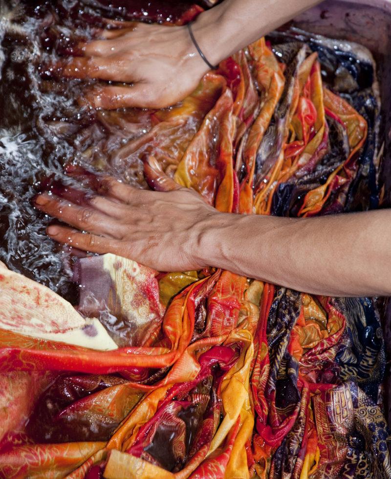 Cara mencuci kain tradisional