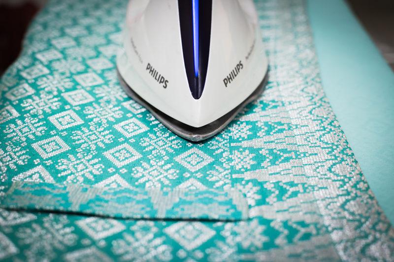 Menyetrika kain tradisional
