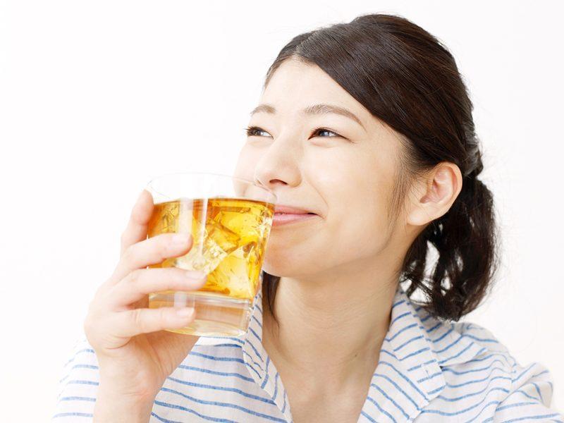 Seorang wanita sedang minum mugicha
