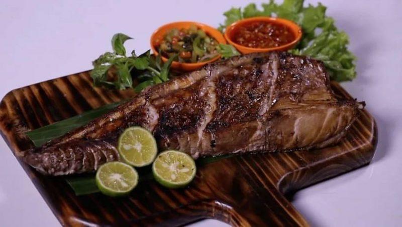 Dada tuna yang merupakan kuliner seafood yang sedang populer di Indonesia Timur (Foto: IG @pickup.yuk)